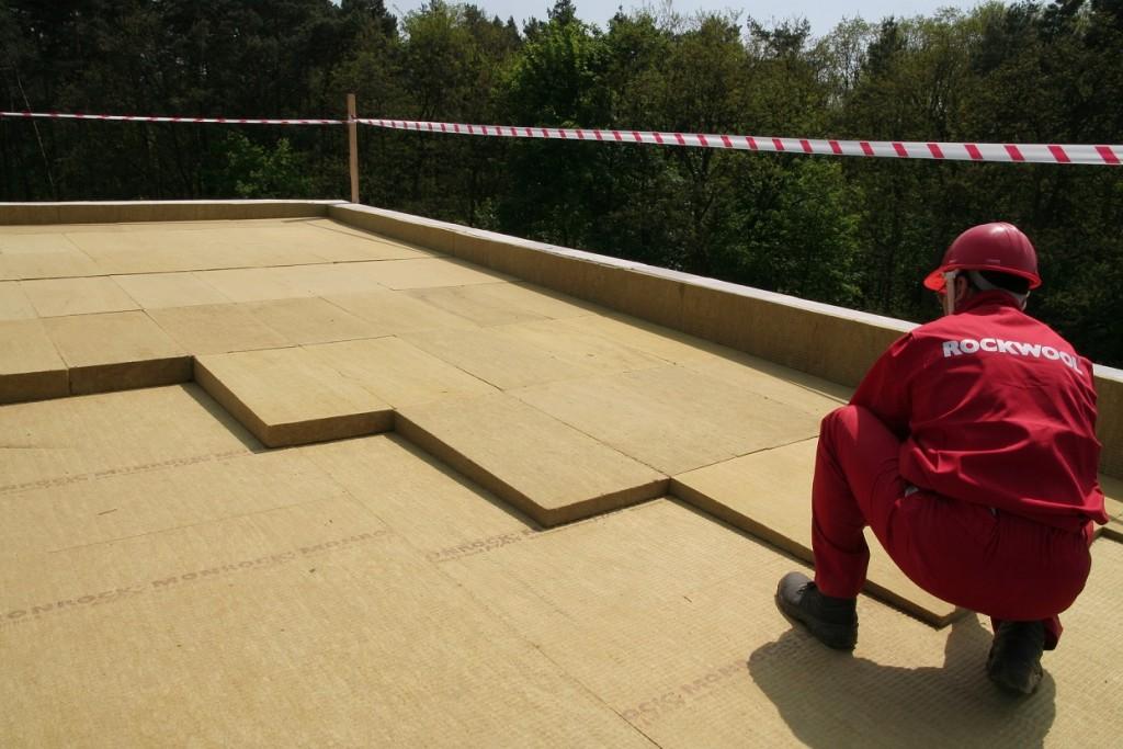 Ocieplanie dachu płaskiego przy pomocy płyt z wełny skalnej. Fot. ROCKWOOL
