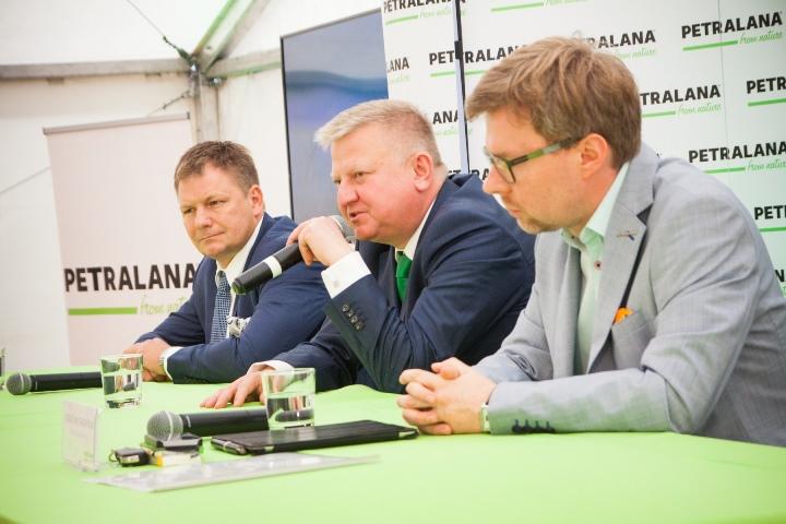 Tomasz Wesołowski, prezes Petralana S.A. podczas konferencji podkreślił, iż firma nastawiona jest na jakość. Fabryka w Bytomiu posiada jedną z najnowocześniejszych linii produkcji wełny w Europie. Fot. Petralana
