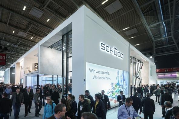 """Studio tematyczne """"Praca"""" przyciągało uwagę fasadami nowej generacji, od systemu FWS 60 CV.HI z niewidocznymi od zewnątrz oknami i drzwiami, po trójwymiarową fasadę Schüco Parametric, zintegrowaną idealnie z fasadą elementową UCC 65 SG z elementami otwieranymi. Fot. Schüco"""