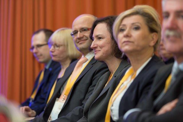 IV Międzynarodowa Konferencja ETICS. Na fot. Marcin Kruk, dyrektor Instytutu Techniki Budowlanej (trzeci od lewej) oraz Anna Panek, wicedyrektor ITB (czwarta od lewej). Fot. SSO
