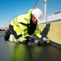 Fachowe rozwiązanie w izolacji wodnej dachów. Membrany dachowe z PVC